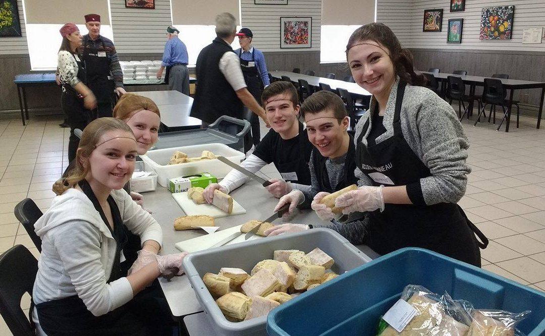 Des élèves de l'Externat offrent de l'aide à l'Accueil Bonneau
